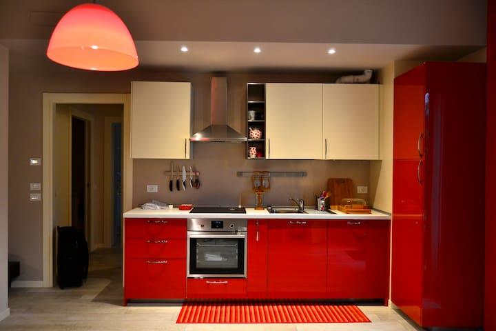 La cucina, completa di elettrodomestici