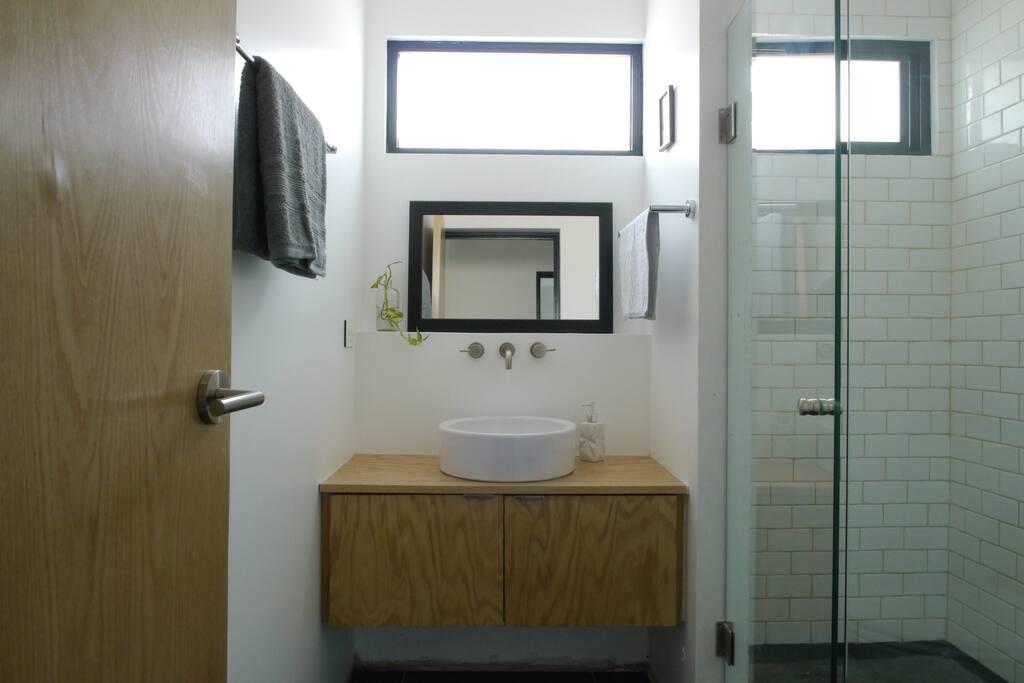 Baño privado (fuera de la habitación) con acabados nuevos.