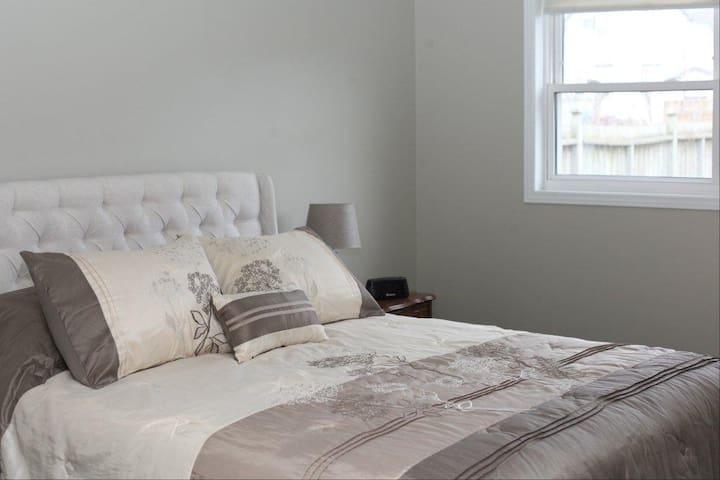 1st bedroom. Queen size bed.