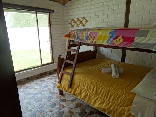 HABITACION DOS Cama matrimonial de 2 plazas para 2 personas + cama superior de plaza y media para 1 persona. En esta habitación se puede adicionar una tercera cama inferior nido de una plaza