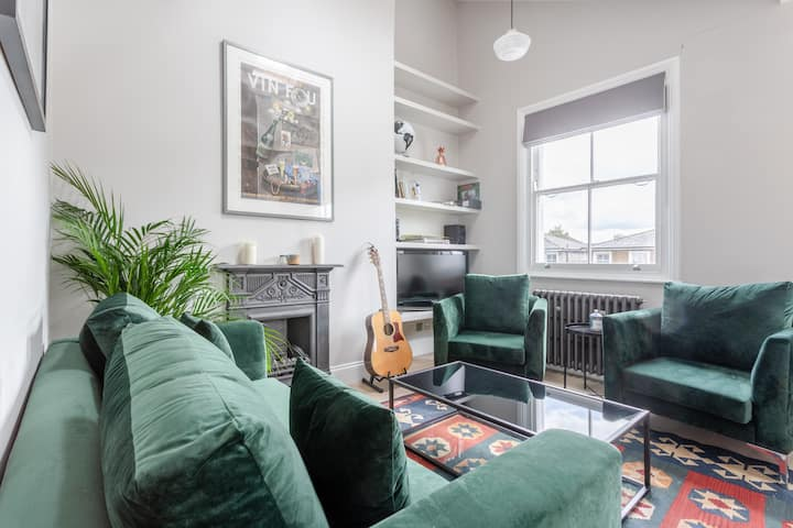 Stunning 2 Bed 2 Storey Flat in Amazing Location