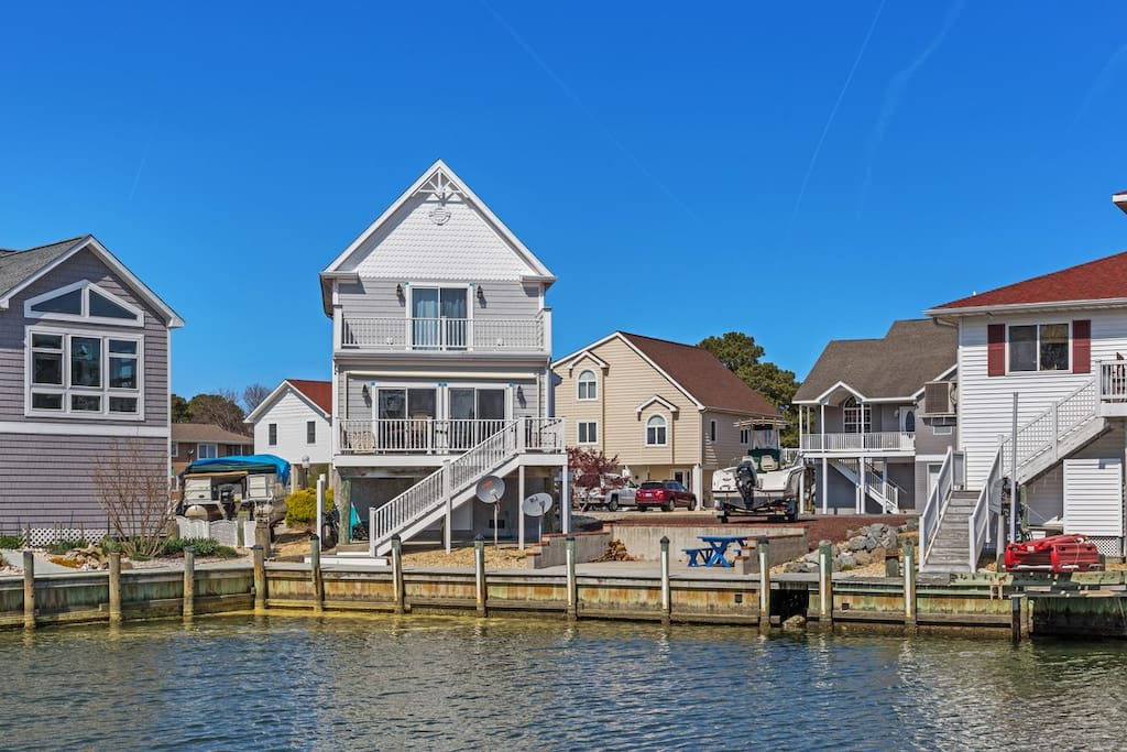 Enjoy the best of waterfront living in Captain`s Cove Golf and Yacht Club.