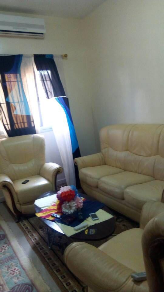 Grand appartement meublé de 3 chambres climatisé et calme, avec la possibilité juste d'avoirs des chambre d'hôtes aussi situé a liberté 6 en face de la prison des femmes .