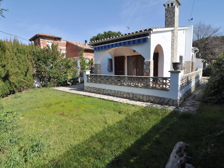 QUIET HOUSE WITH LARGE GARDEN, WIFI AND 200 METERS FROM THE BEACH