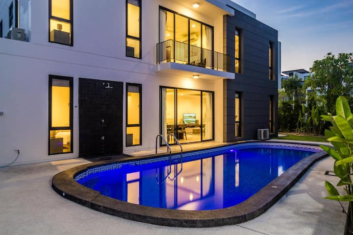 Private pool and garden 5 bedroom villa in Laguna!