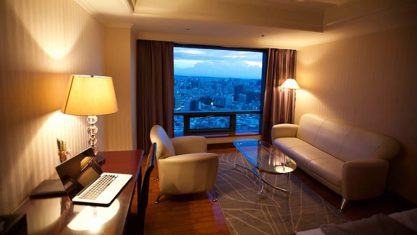 搭便利交通到逢甲夜市、舒適大空間、坐大沙發、從超高樓俯視台中夜景 loving Taichung1 - West District - Mobilyalı daire