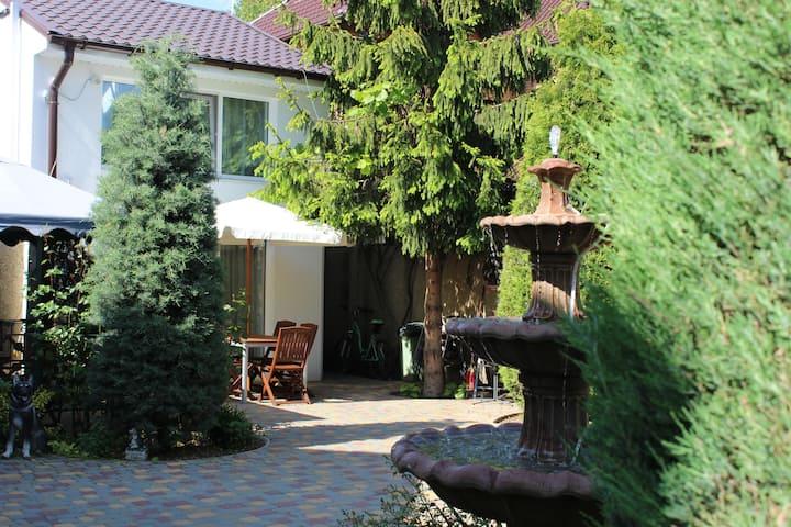 Двухуровневый люкс в гостевом доме с бассейном