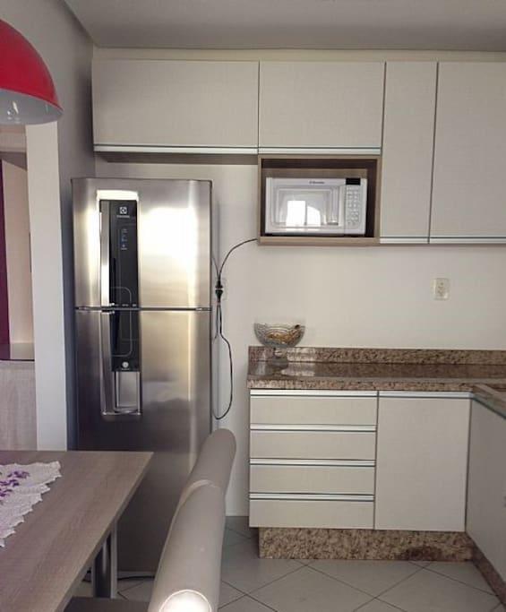 Cozinha com geladeira, micro-ondas, fogão, à sua disposição.