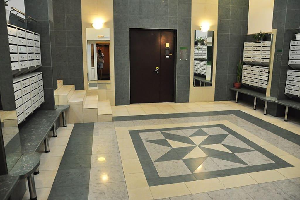 Охраняемый холл ,с домофоном и консьерж сервисом