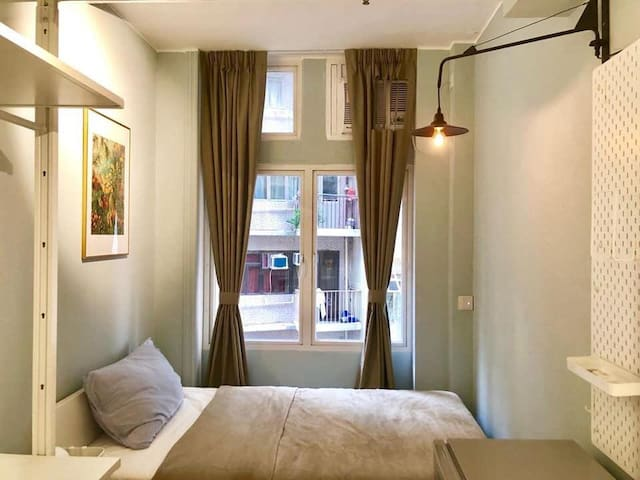 Double Bedroom in Spacious HK Apartment
