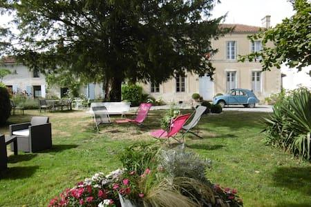 B&B Chambre familiale 5 pers calme et campagne - Saint-Saturnin-du-Bois - Aamiaismajoitus