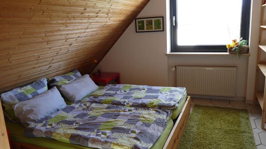 Schlafbereich mit Bett 1.80+2.00, Spiegel, Schrank und Nachttischen mit Lampen