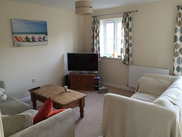 Spacious semi close to town/country - Loughborough