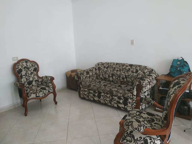 Cómoda habitación con cama doble espacio agradable