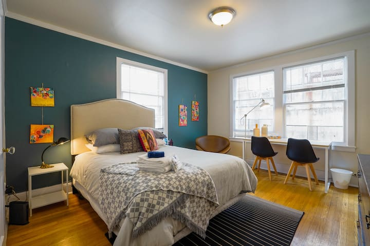 Studio Apt on the Cusp of Downtown/Cap Hill