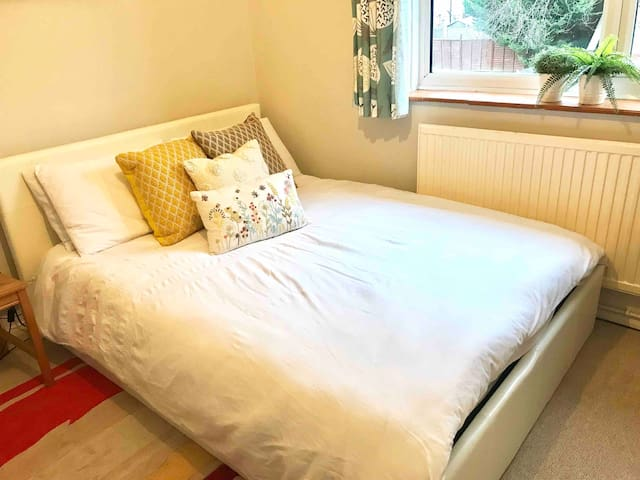 Comfortable room for two in Slough, Burnham