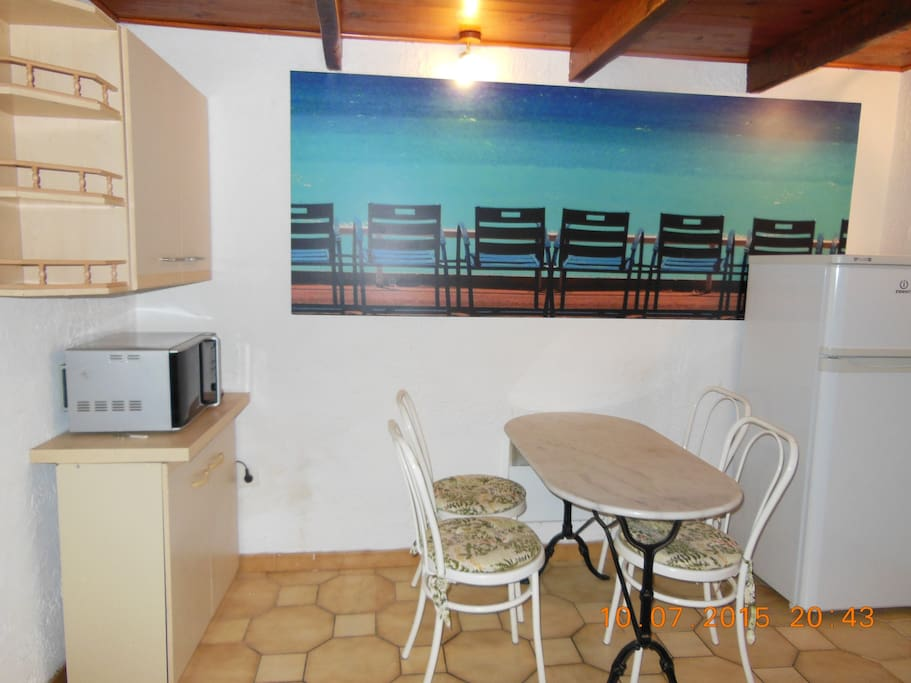 cuisine tout confort avec LV, frigo-congélateur, four multifonctions, cafetière expresso, ...
