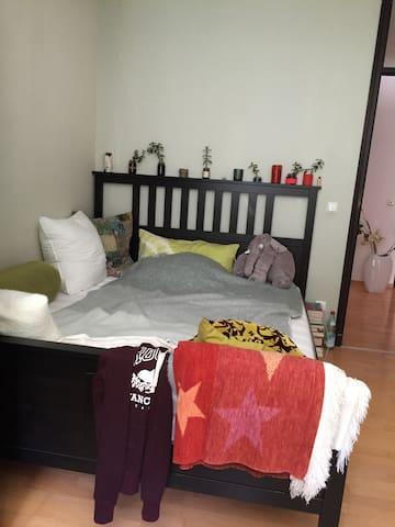 Schönes, sonniges Zimmer - Olching - Casa