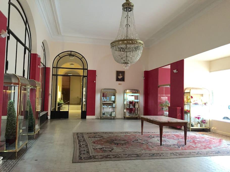 """Entrée de la résidence """"Le Carlton"""", qui fût le hall d'accueil du palace """" Le Carlton"""" voici encore 25 ans."""