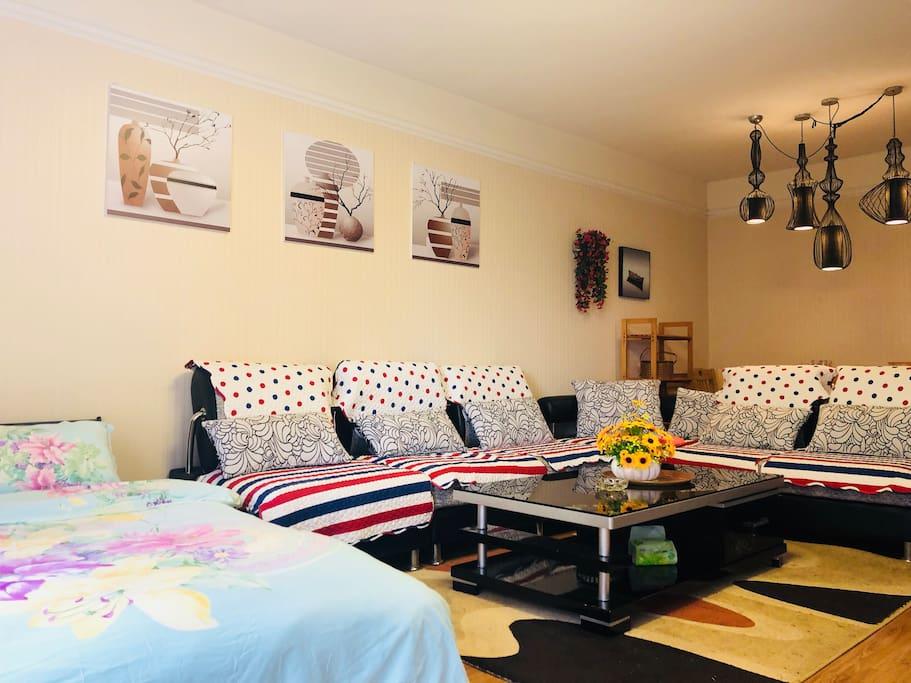 客厅+一个1.5米的床+转角沙发