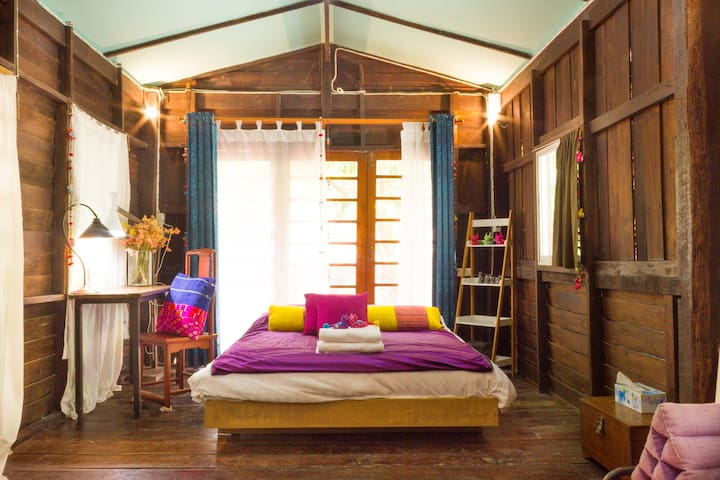 Neighborhood, Live in Thai style wooden room