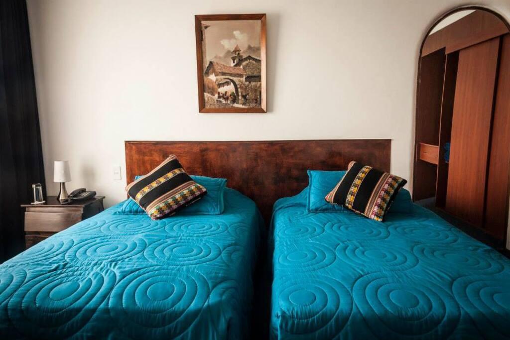 Habitación amoblada con camas individuales, televisor estandar con cable, telefono, baño privado y completo con agua caliente.