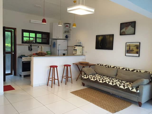 Sala com cozinha ao fundo