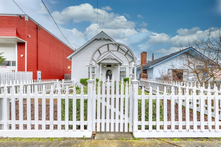 Charming Victorian gem w/ 11-foot ceilings & a private gas grill