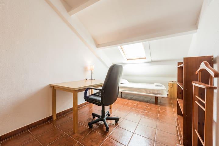 Habitación sencilla, armario empotrado y luminosa - Villaviciosa de Odón - Apartment