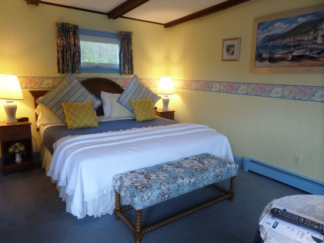 Charming Cottage Style King Room Rockland Rockport