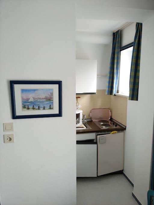 Küchenzeile mit Kühlschrank , 2 Plattenherd und Spülbecken