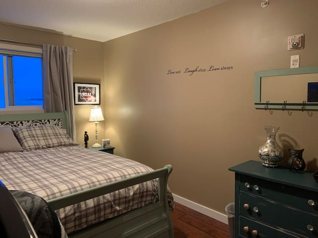 Cosy Room in Condo with Queen Bed and Parking