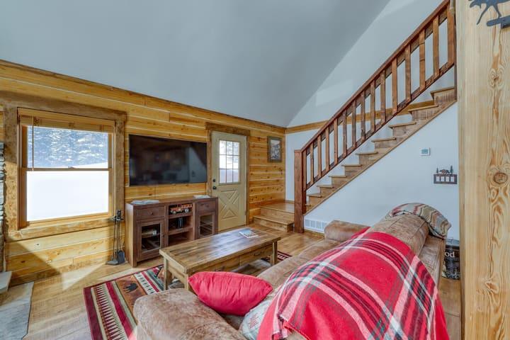 Modern, lofted cabin w/fireplace, balcony, grill & amazing mountain views!