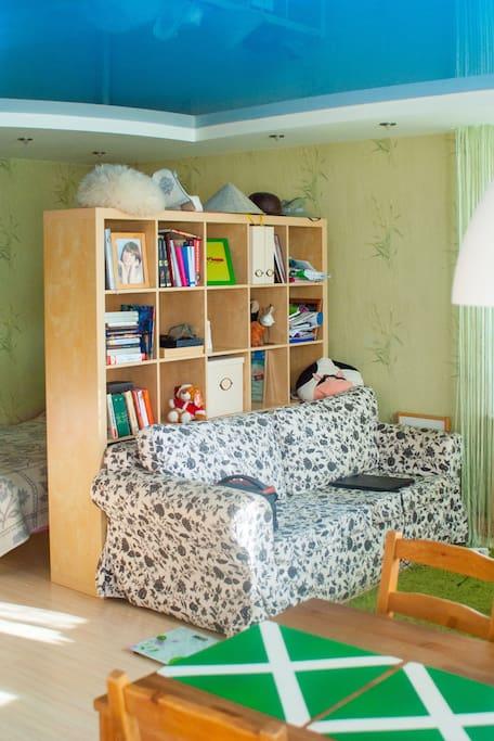 """В квартирке есть небольшая, но очень разнообразная библиотека и """"уникальная коллекция шапок"""""""