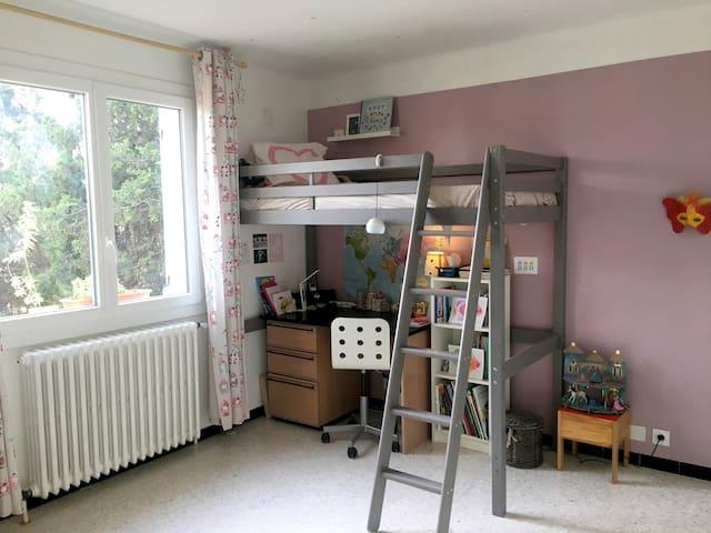 Chambre avec lit 1 place en mezzanine réservée aux enfants de plus de 6 ans