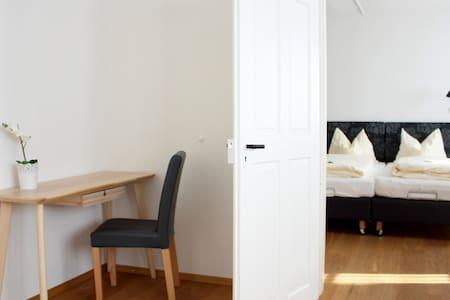 kleiner Schreibtisch und Blick in's Schlafzimmer