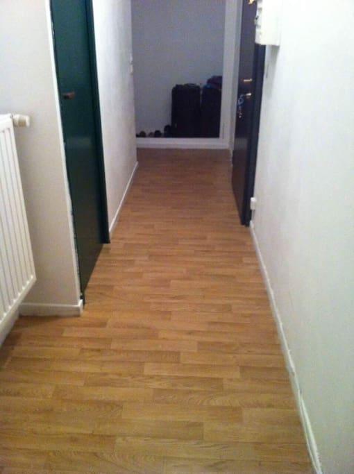 Couloir menant à la chambre.