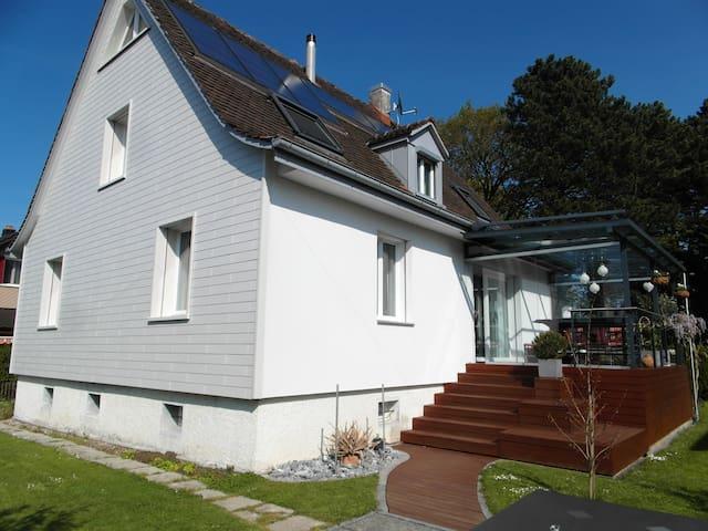 Freundliches modernes Einfamilienhaus für Dich! - Arbon - Casa