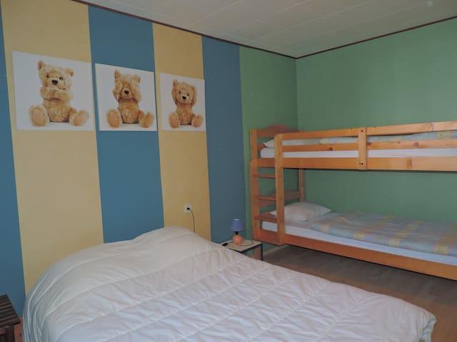 Schlafzimmer 2 1x Doppelbett 140x200cm // 1 Etagenbett= 2x 90x200cm
