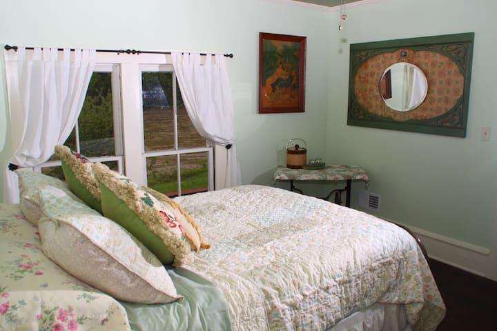 The Barnard House Bed and Breakfast - Hannah Fox Room