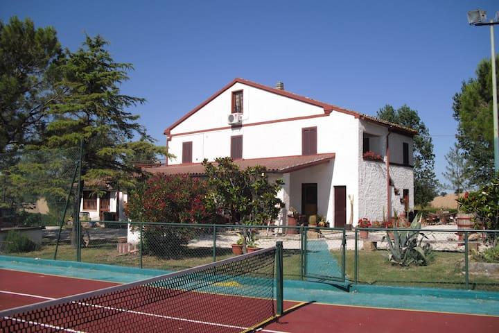 Casale con parco e tennis /calcetto - Treia - บ้าน