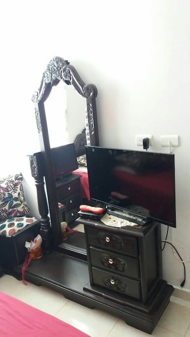 tocador,nochero y televisor!!
