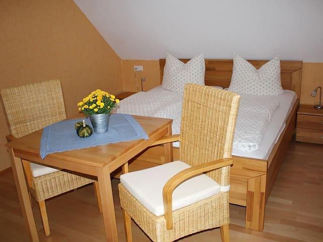 Grundhof, (Elzach-Oberprechtal), Doppelzimmer Gänseblümchen mit Bad/WC und Balkon