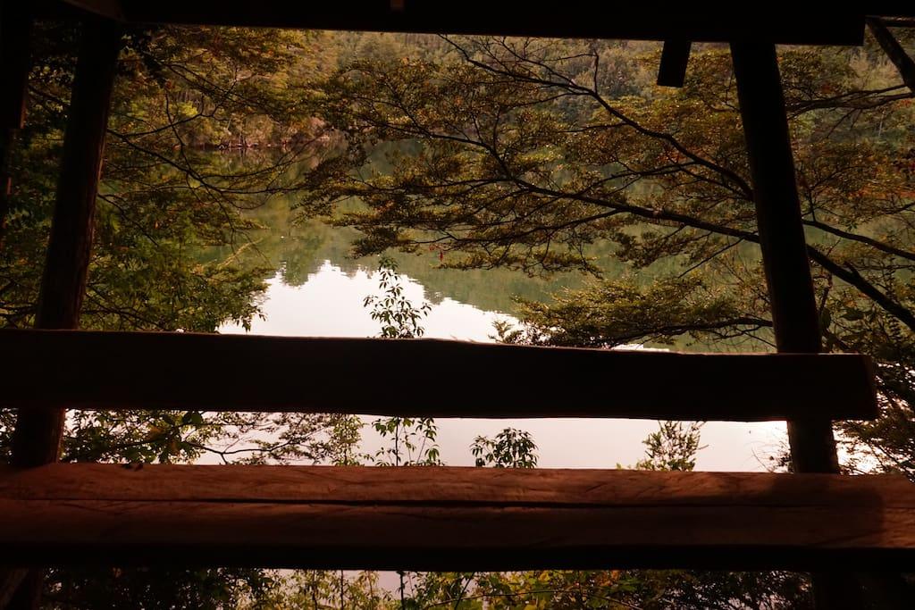Terraza techada bajo la cabaña