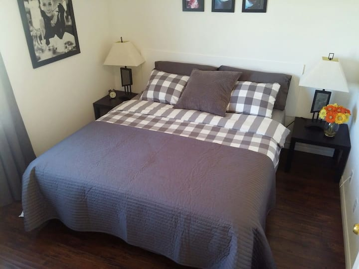 CALI King sz Bed 12 mins to strip in charming home