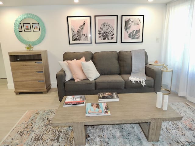 Luxe 2 bed w/parking sleeps 6 block frm Lincoln rd