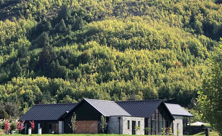 Big Arrowtown Central + Detached Boutique Cottage