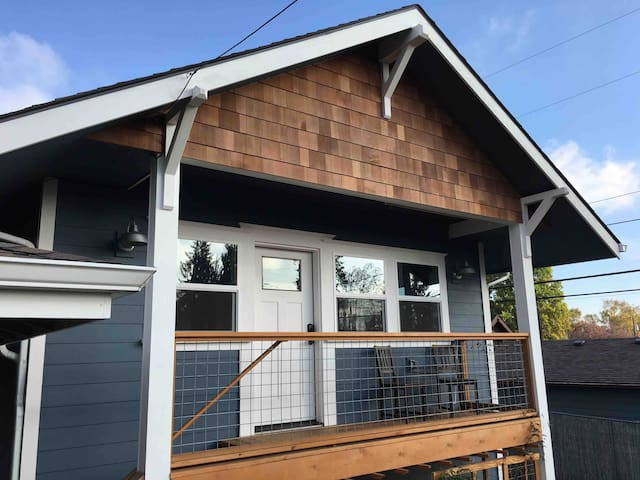 Craftsman 1BR Guesthouse w/Full Kitchen & Laundry