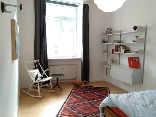Freundlich helles Zimmer mitten in Sachsenhausen. - Frankfurt am Main - Apartamento