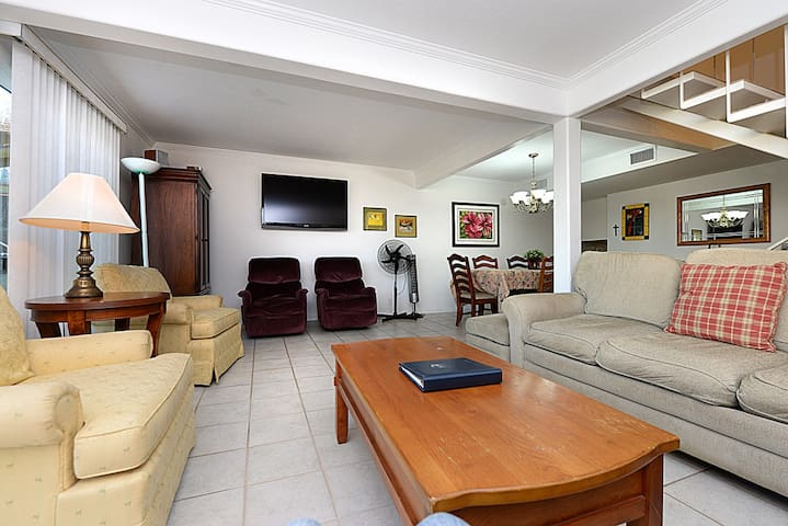 Spacious Townhouse in Quiet Neighborhood, Private Patios, A/C, 7 night min - 10 Canyon Terrace